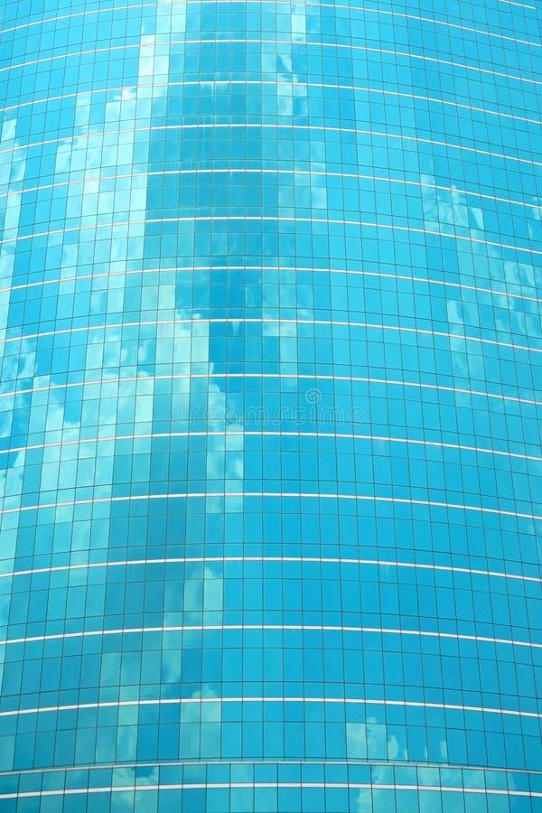 Nuvola di vetro blu di riflessione del grattacielo sul cielo immagini stock libere da diritti
