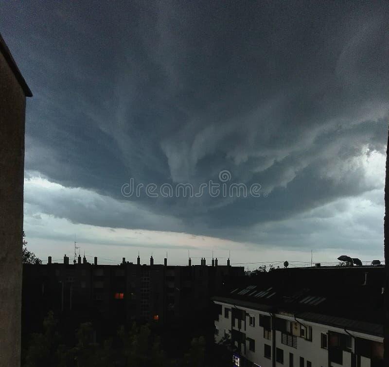 Nuvola e città fotografia stock