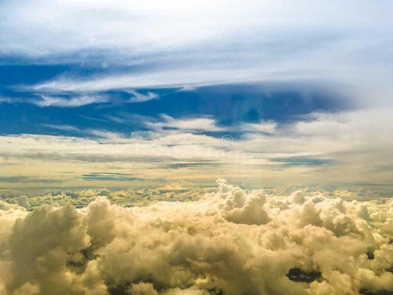 Nuvola e luce di bellezza del fondo del cielo di tramonto fotografia stock