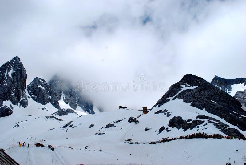 Nuvola e montagne della neve immagine stock libera da diritti