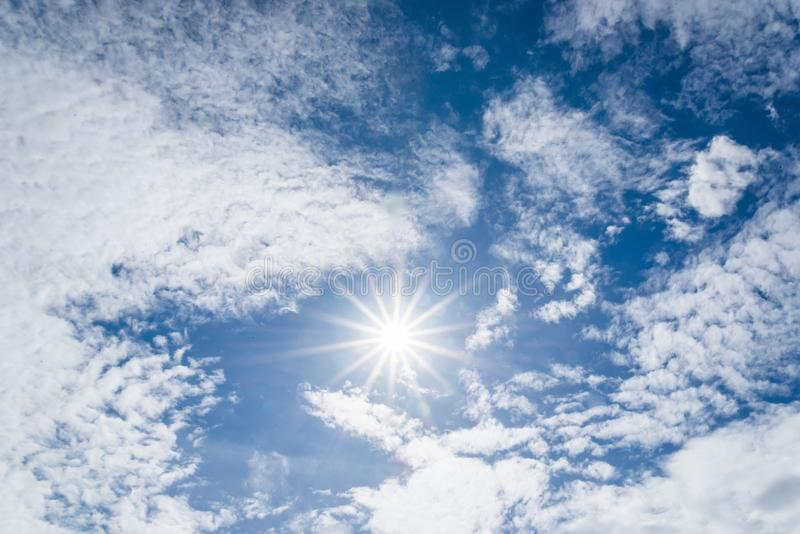 Nuvola e sole bianchi piacevoli con la fiera sul cielo immagini stock libere da diritti