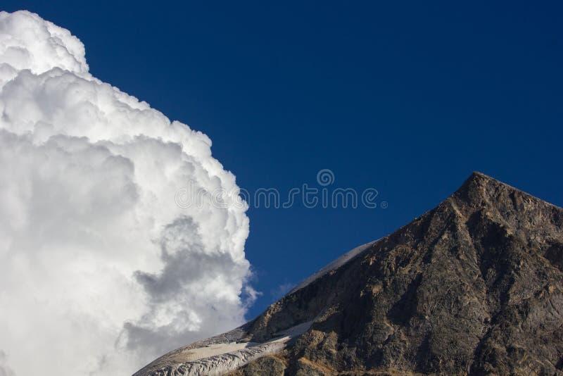Nuvola e sommità immagini stock libere da diritti