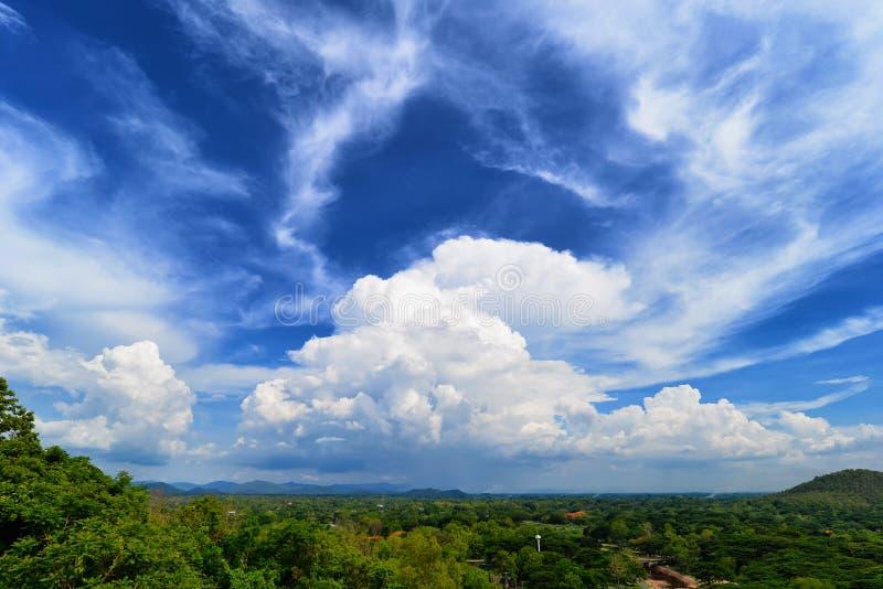 Nuvola enorme bianca sopra la foresta ed il cielo blu dell'albero immagine stock