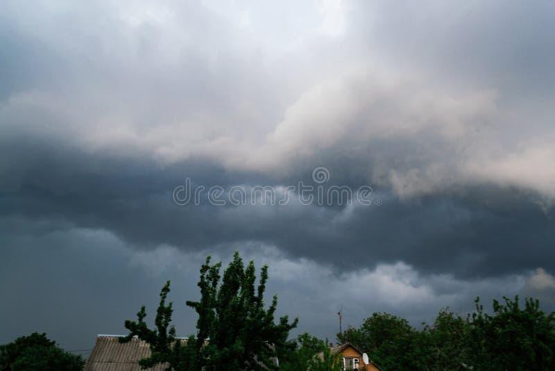 Nuvola estrema dello scaffale di temporale Paesaggio di estate di tempo severo fotografia stock libera da diritti