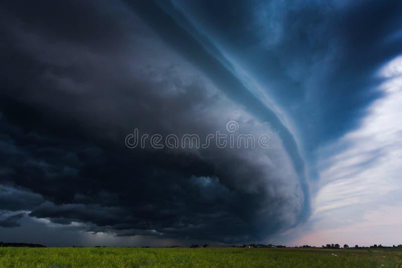 Nuvola gigantesca dello scaffale della tempesta aproaching immagini stock