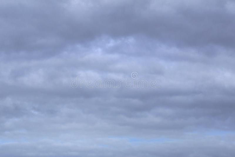 Nuvola grigia pallida paffuta sopra l'isola in un paese tropicale fotografia stock libera da diritti
