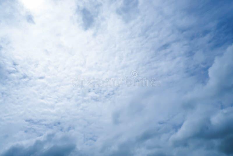 Nuvola lanuginosa bianca con il cielo blu scuro con luce solare fotografia stock libera da diritti