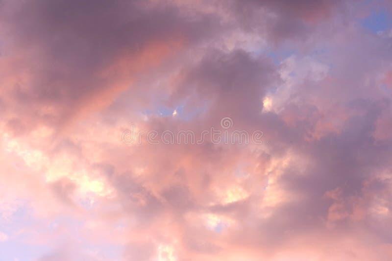 Nuvola nel tramonto rosa fotografie stock