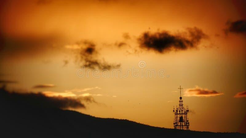 Nuvola nera di bello sogno arancio di tramonto fotografia stock