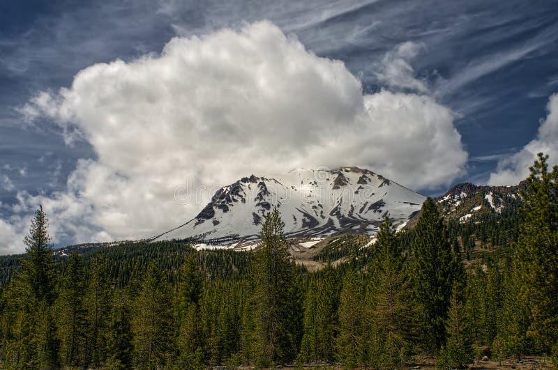 Nuvola, picco di Lassen, parco nazionale vulcanico di Lassen immagine stock
