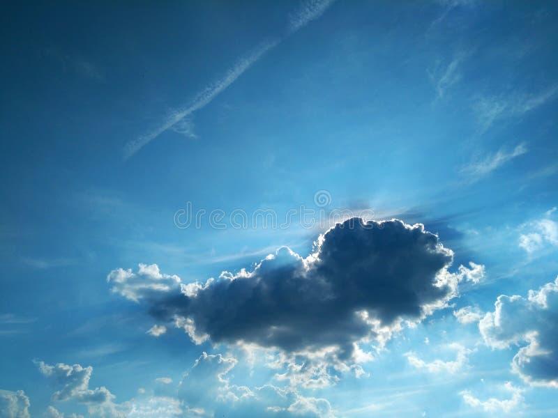 Nuvola scura contro cielo blu immagini stock libere da diritti