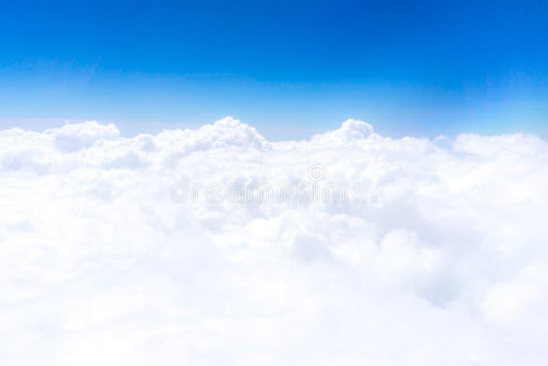 Nuvola spanta attraverso fuori il cielo fotografia stock libera da diritti