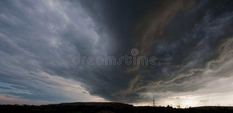 Nuvola temporalesca sull'orizzonte immagine stock