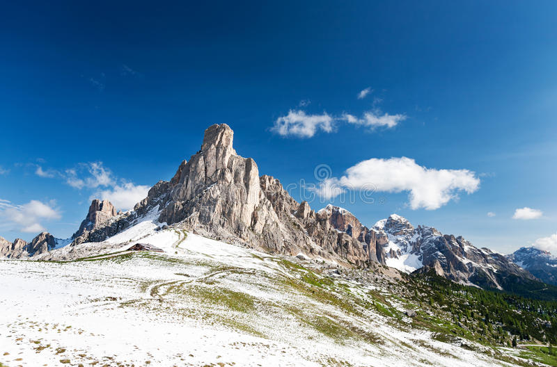 Nuvolau szczyt po lato opadu śniegu; passo Giau, dolomity, Włochy obrazy royalty free