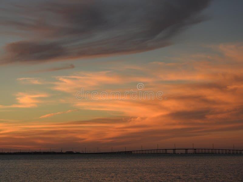 Nuvole al tramonto sopra il ponte all'isola del sud di cappellano, il Texas immagini stock libere da diritti