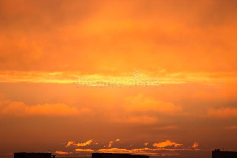 Nuvole all'alba Sol levante rosso ardente dietro le nuvole headpiece immagini stock libere da diritti