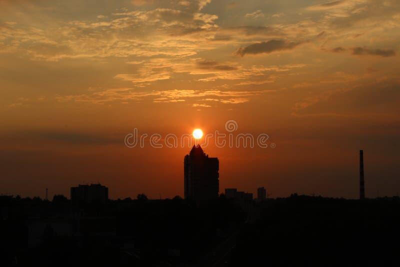 Nuvole all'alba Sol levante rosso ardente dietro le nuvole headpiece fotografia stock libera da diritti