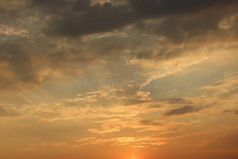 Nuvole all'alba Sol levante rosso ardente dietro le nuvole headpiece fotografie stock libere da diritti