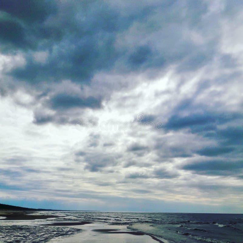 Nuvole alla spiaggia fotografia stock