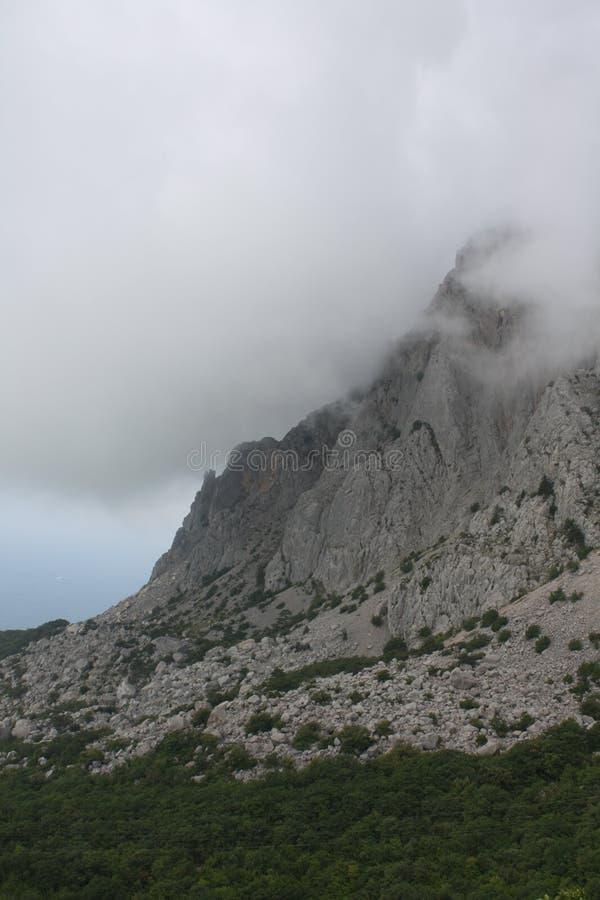 Nuvole alle montagne immagine stock libera da diritti