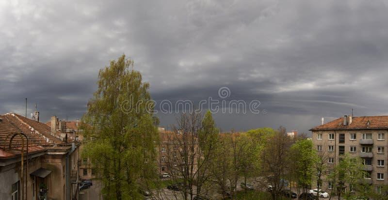 Nuvole in attesa del temporale di maggio in Klaipeda, Lituania immagine stock