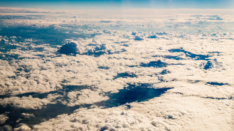 Nuvole attraverso la finestra piana fotografia stock