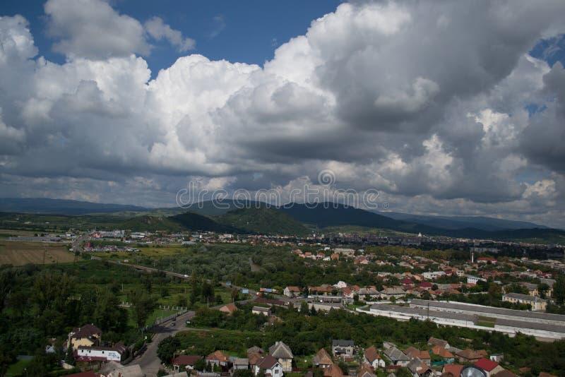 Nuvole basse e montagne sopra il castello in Mukachevo immagini stock libere da diritti