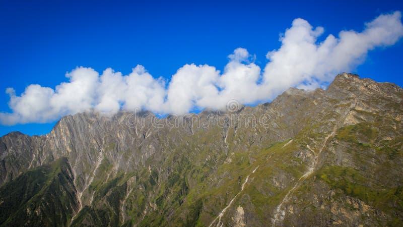 Nuvole basse, strati appena sopra le montagne himalayane in cieli blu profondi del wwith del Kashmir immagini stock libere da diritti
