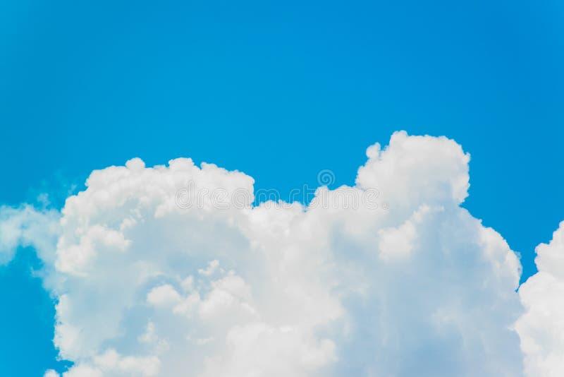 Nuvole bianche con il cielo blu immagine stock