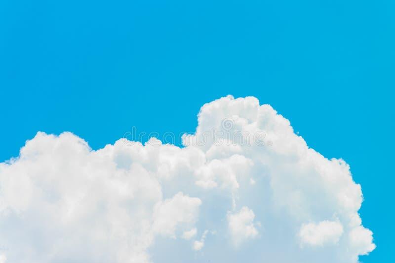 Nuvole bianche con il cielo blu fotografie stock