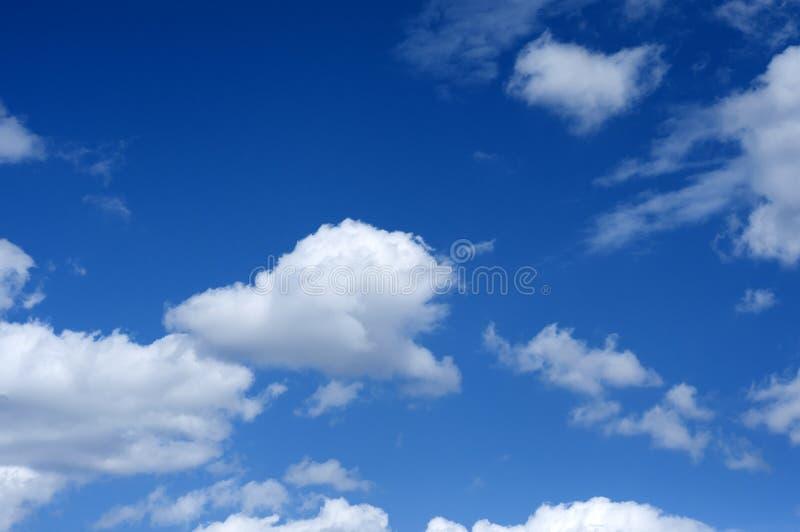 Nuvole bianche del cumulo contro cielo blu fotografia stock libera da diritti