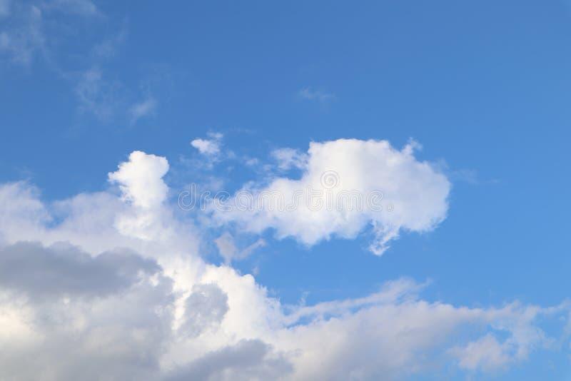 Nuvole bianche e bei cieli con i giorni luminosi nella stagione delle pioggie immagine stock libera da diritti