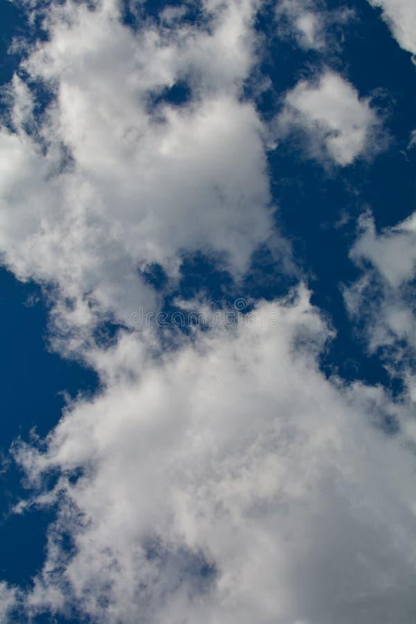 Nuvole bianche meravigliose contro un cielo blu immagini stock