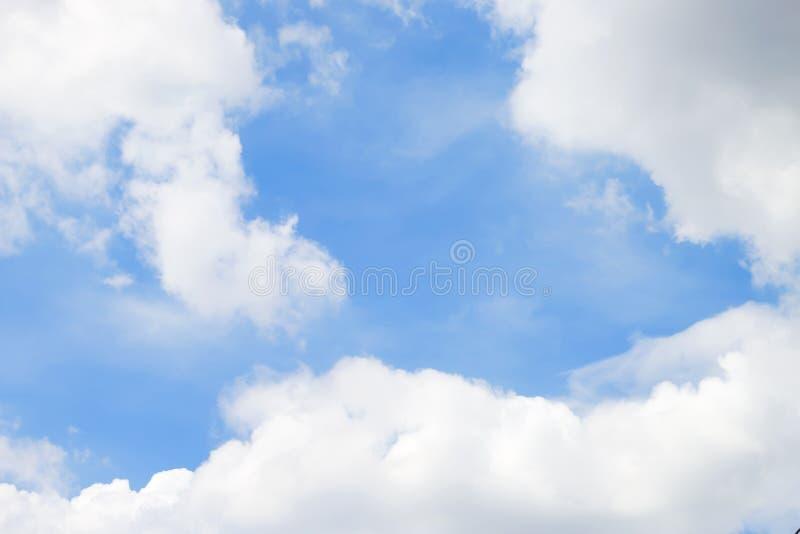 Nuvole bianche molli fantastiche contro il fondo del cielo blu immagine stock libera da diritti