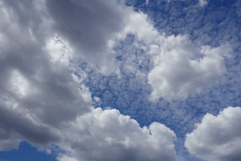 Nuvole bianche su cielo blu nel fondo di giorno di estate immagine stock libera da diritti