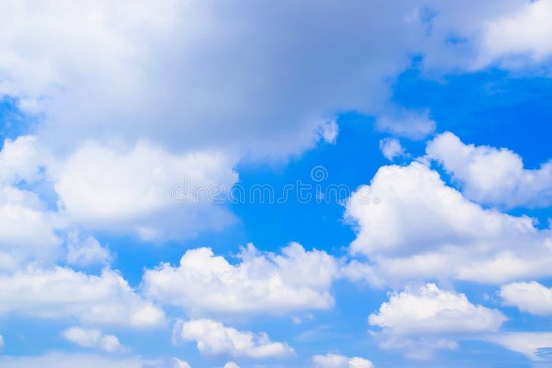 Nuvole bianche sul cielo blu 1111 immagine stock
