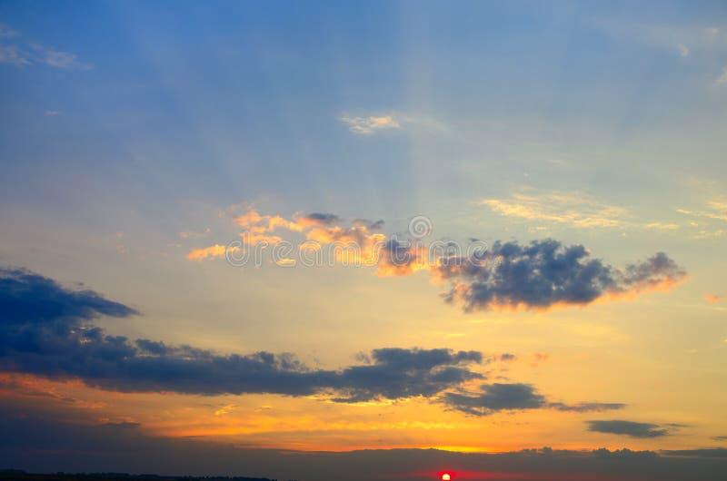 Nuvole blu e porpora in cielo immagine stock libera da diritti