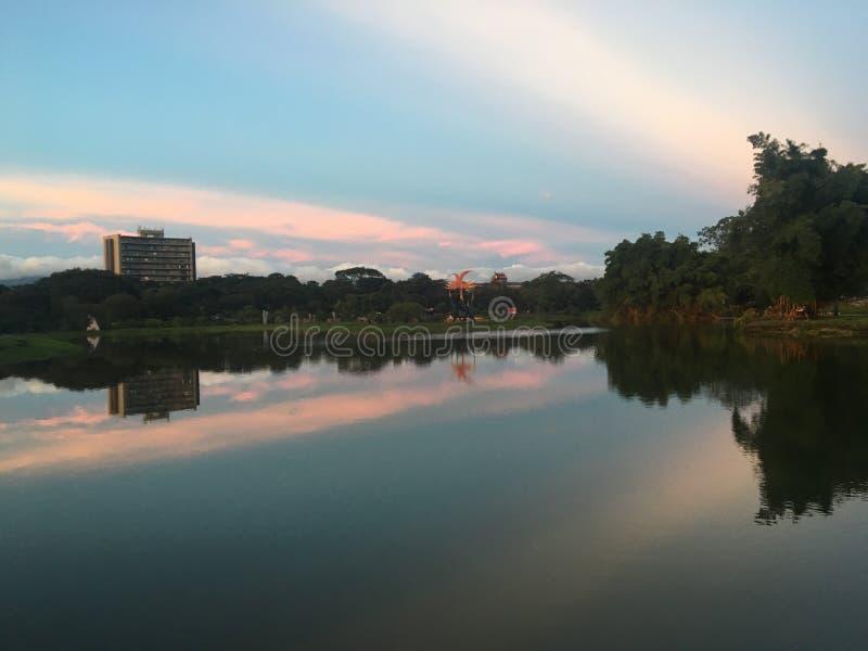 Nuvole causate dal tramonto immagine stock