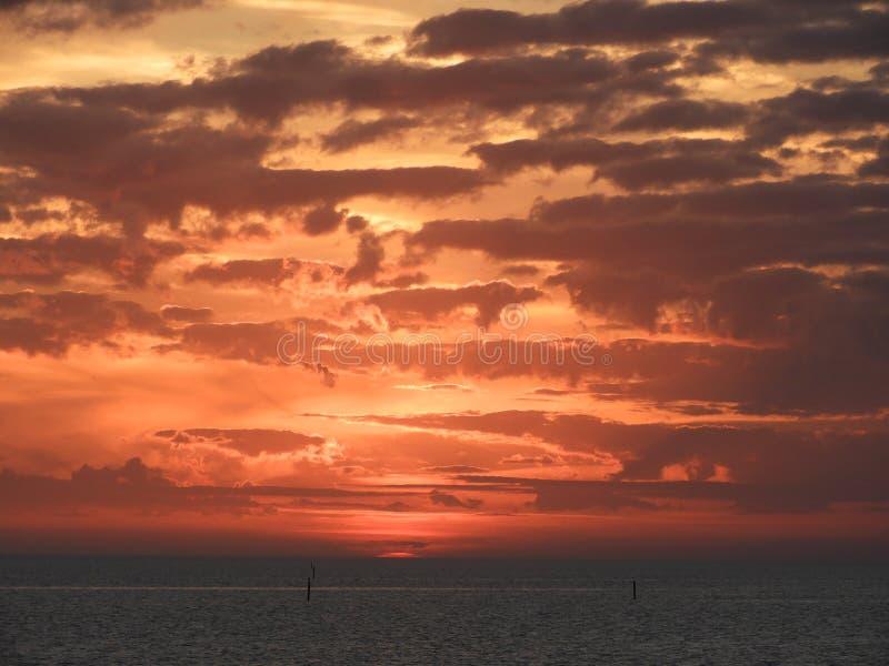 Nuvole che appendono sopra un tramonto immagini stock