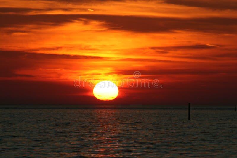 Nuvole che appendono sopra un tramonto fotografia stock libera da diritti