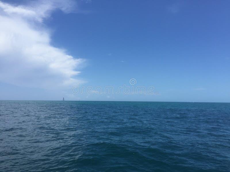 Nuvole che arrivano a fiumi sull'oceano immagine stock