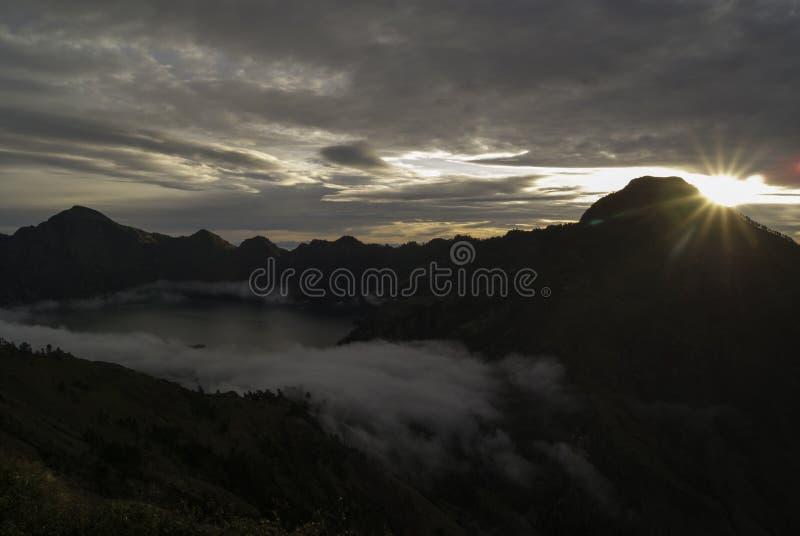 Nuvole che vanno alla deriva in un cratere del vulcano fotografie stock libere da diritti