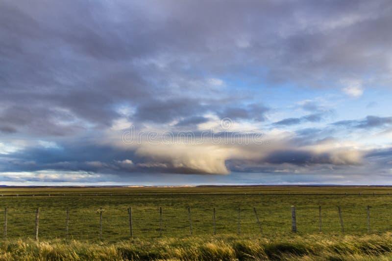 Nuvole che vengono con la pioggia all'estremo a sud del mondo: Tierra del Fuego nel territorio cileno fotografie stock libere da diritti