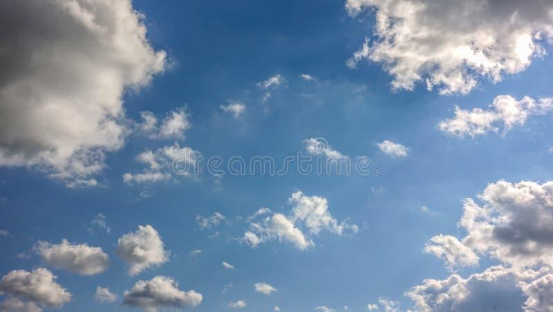 Nuvole, cielo blu fotografia stock