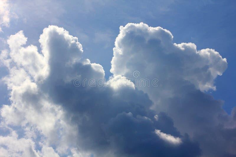 Nuvole in cielo blu fotografie stock