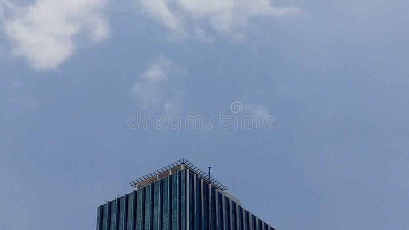 Nuvole contro costruzione fotografia stock