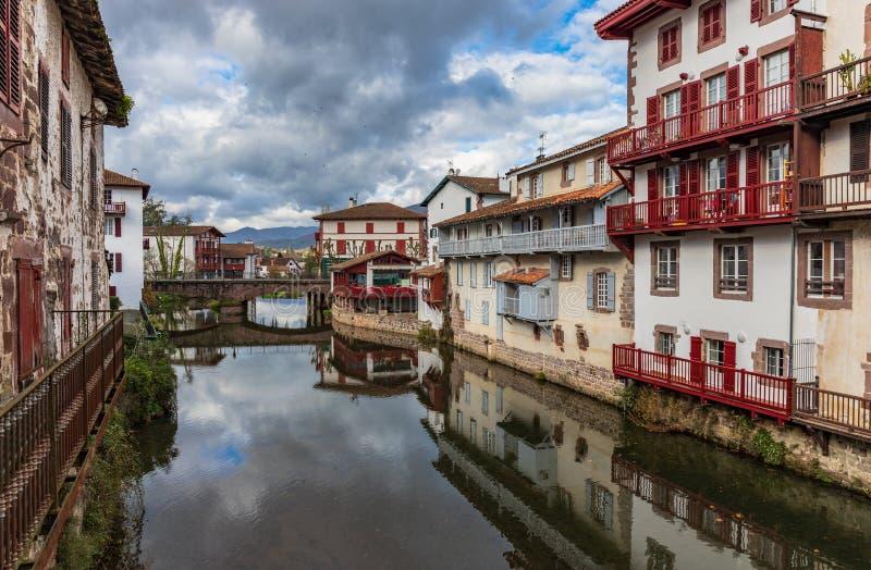 Nuvole del cielo del fiume di Oloron-Sainte-Marie immagini stock libere da diritti