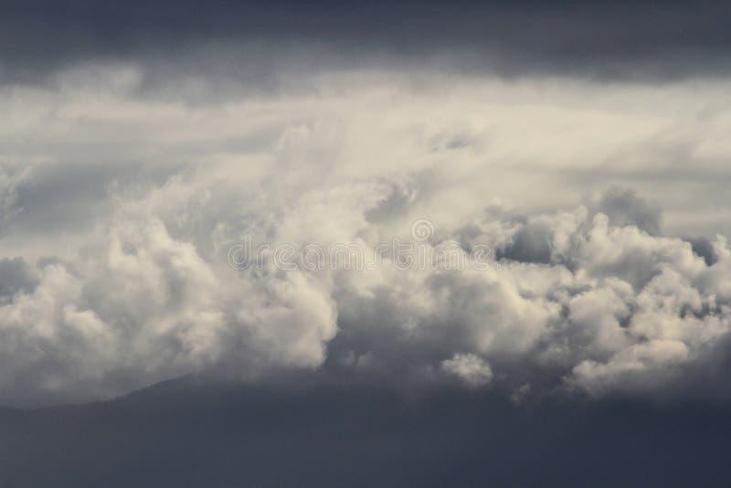 Nuvole del cotone fra i cieli grigi fotografie stock libere da diritti
