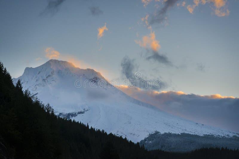 Nuvole di alba intorno al cappuccio di Mt., Oregon fotografia stock libera da diritti