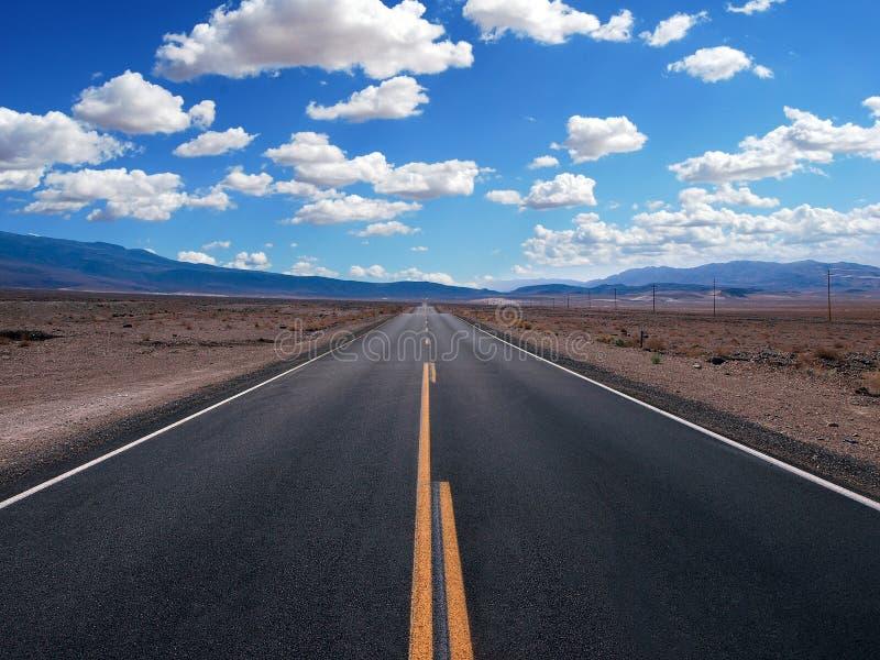 Nuvole di bianco del cielo del roadblue del giacimento della strada principale fotografie stock